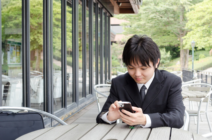 スマートフォンを見る若い男性
